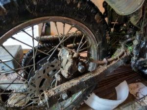 Заднее колесо мотоцикла Lifan 200 GY-3b всё в грязи