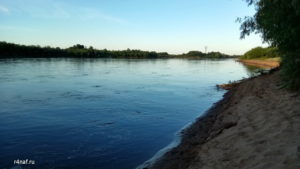 Крутой песчаный берег реки Вятки, вдали отдыхающие